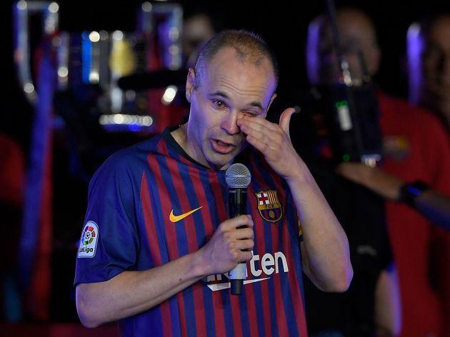 Iniesta khóc chia tay Barca