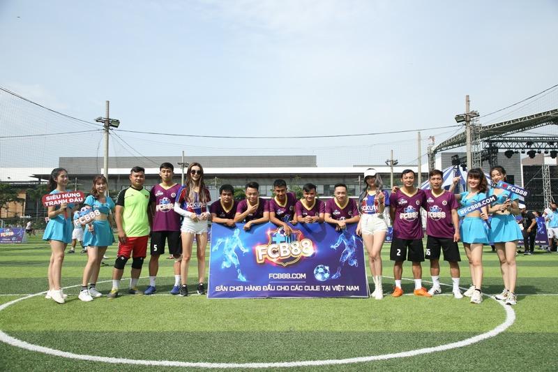 Chụp hình hai đội tuyển FCB88 Premium và LFCSG