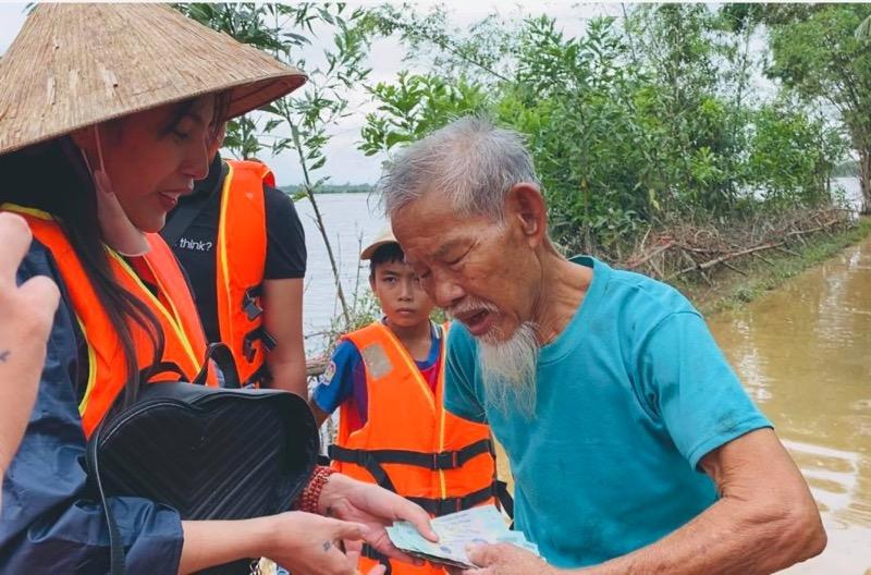 Thủy Tiên giúp đỡ người dân miền Trung